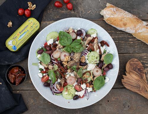 Mediterraner Salat mit Makrele, Oliven & Tomaten