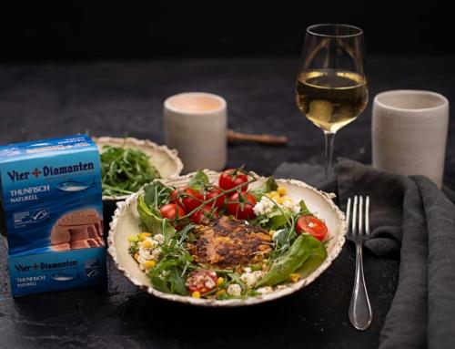Thunfisch Zucchini Laibchen auf buntem Salat